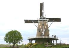 Het typische Nederlandse landschap van de polder met windmolen stock afbeeldingen