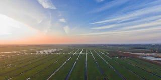 Het typische Nederlandse landschap van de polder tijdens zonsondergang stock foto's