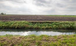 Het typische Nederlandse vlakke landschap van de polder in de herfst Royalty-vrije Stock Afbeeldingen
