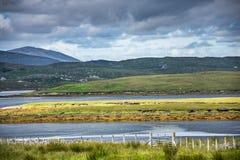 Het typische Schotse kleurrijke platteland, met lochs, legt, heuvels en dramatisch weer vast Stock Foto