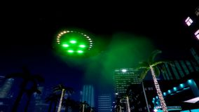 Het UFO vliegt over de nachtstad stock video