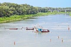 Het uitbaggeren op het rivierstrand Royalty-vrije Stock Foto
