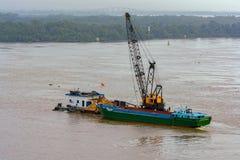 Het uitbaggeren van de rivier Saigon (Lied Sai Gon) vietnam royalty-vrije stock foto