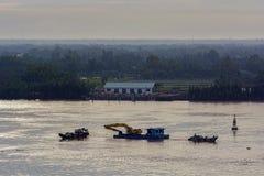 Het uitbaggeren van de rivier Saigon (Lied Sai Gon) vietnam royalty-vrije stock afbeelding