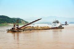 Het uitbaggeren van schip in de Yangtze-Rivier stock afbeelding