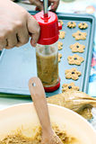 Het uitdelen van de chef-kok koekjesdeeg Stock Fotografie