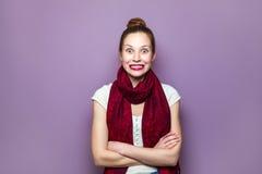 Het uitdrukken van positieve emoties, glimlach met grote ogen en tanden royalty-vrije stock afbeelding