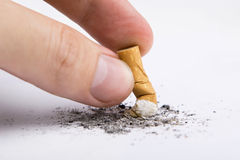 Het uiteinde van de sigaret in een hand stock foto