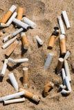 Het uiteinde van de sigaret in zand Royalty-vrije Stock Foto's