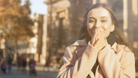 Het uiterst gelukkige jonge geïnspireerde damegevoel, droom komt waar, nieuw het levensbegin stock video