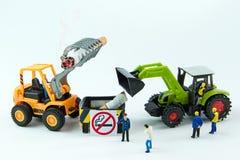 Het uiterst kleine speelgoed vernietigt sigaret Concept Nr - het roken Dag Royalty-vrije Stock Foto
