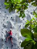 Het uitgaan beklimmend muur Stock Foto
