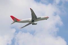 Het uitgaan van commercieel vliegtuig met hemel royalty-vrije stock fotografie