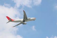 Het uitgaan van commercieel vliegtuig met wolk stock foto's