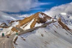 Het uitgaan van de weg naast een berg Stock Afbeeldingen