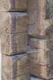 Het uitgaande oude houten fragment van de blokhuismuur met hoekverbinding Stock Foto