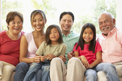 Het uitgebreide Ontspannen van de Familie op Bank thuis samen royalty-vrije stock afbeelding