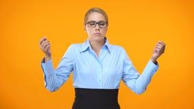 Het uitgeputte bedrijfwerknemer ontspannen door meditatie heldere achtergrond, het werkonderbreking stock footage
