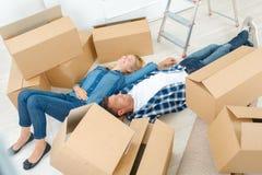 Het uitgeputte paar heeft net huis bewogen stock foto