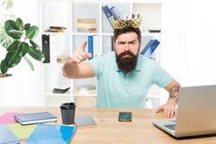 Het uitgeven van besluit Het bureau is mijn koninkrijk Koning van Bureau De slijtage gouden kroon van de mensen gebaarde zakenman royalty-vrije stock foto's
