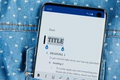 Het uitgeven van tekst in microsoft wereldbureau op smartphone royalty-vrije stock foto's