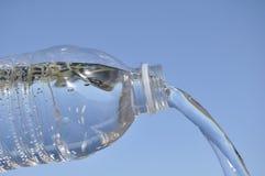 Het uitgieten van het water van Plastic Fles royalty-vrije stock afbeeldingen