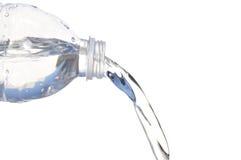 Het uitgieten van het water van Plastic Fles stock foto