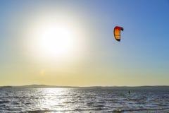 Het uitglijden door de golven met een valscherm Royalty-vrije Stock Foto