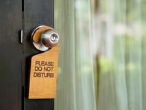Het uithangbord stoort het hangen op open deur in een hotel niet royalty-vrije stock afbeeldingen