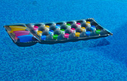 Het uitnodigen lilo in de pool Royalty-vrije Stock Foto