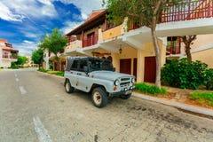 Het uitnodigen mening van hotelgronden, modieuze retro gebouwen met oude uitstekende die SUV-vrachtwagen op de weg wordt geparkee Stock Foto's
