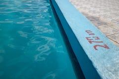 Het uitnodigen van blauwe pool met 2 70m diepte het merken royalty-vrije stock fotografie