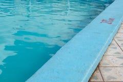 Het uitnodigen van blauwe pool met 2 70m diepte het merken stock afbeeldingen