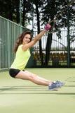 Het uitoefenen in openlucht in zonnige dag Oefeningen met TRX Mooie jonge vrouw in atletische vorm Royalty-vrije Stock Afbeelding
