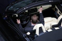 Het uitproberen van nieuwe auto Royalty-vrije Stock Foto