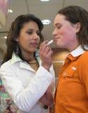 Het uitproberen van nieuwe lippenstift stock foto