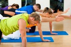Het uitrekken en gymnastiek zich in geschiktheidsclub of gymnastiek Royalty-vrije Stock Fotografie