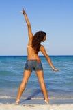 Het uitrekken van oefeningen op strand Stock Afbeeldingen