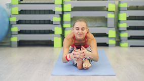 Het uitrekken van Slanke geschikte vrouwen die yoga doen stock footage