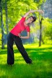 Het uitrekken van vrouw in openluchtsportoefening Royalty-vrije Stock Foto