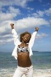 Het uitrekken zich van de vrouw wapens met oceaan op achtergrond. royalty-vrije stock fotografie