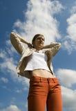 Het uitspreiden van de vrouw wapens aan hemel Stock Fotografie