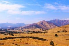 Het uitspreiden van weiden in Californië met bergen op de achtergrond royalty-vrije stock fotografie