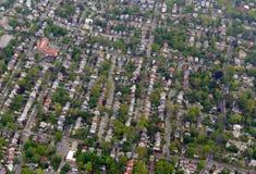 Het uitspreiden zich landschapshoogtepunt in de voorsteden van huizen en flatgebouwen Royalty-vrije Stock Fotografie