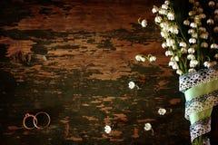 Het uitstekende boeket van het fotohuwelijk van lelietje-van-dalen en ring Stock Foto