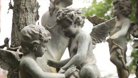 Het uitstekende close-up van het tuinstandbeeld Slaapengel bij de Begraafplaats van La Recoleta in Buenos aires Tuinbeeldhouwwerk stock video