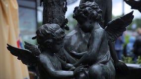 Het uitstekende close-up van het tuinstandbeeld Slaapengel bij de Begraafplaats van La Recoleta in Buenos aires Tuinbeeldhouwwerk stock afbeeldingen
