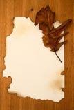 Het uitstekende document op een houten Verticaal royalty-vrije stock fotografie