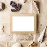 Het uitstekende houten fotokader op ambachtdocument met zand en overzeese shells bespot omhoog royalty-vrije stock foto