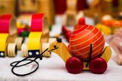 Het uitstekende kleurrijke oude houten stuk speelgoed van de schildpadschildpad op wielen die door draad moeten worden gesleept stock foto